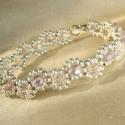 Halvány rózsaszín-ezüst színű egysoros karkötő, Ékszer, Karkötő, Halvány rózsaszín cseh csiszolt gyöngyökkel és matt ezüst kásagyönggyel készült keskeny, elegáns kar..., Meska
