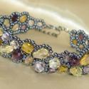 Lila-sárga-rózsaszín aszimmetrikus karkötő, Ékszer, Karkötő, Többféle árnyalatú és formájú lila, sárga és rózsaszín csiszolt cseh gyöngyből és hematit színű kása..., Meska