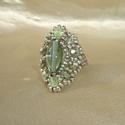 Halványzöld-ezüst ovális gyöngy gyűrű, Ékszer, óra, Gyűrű, Világoszöld csiszolt gyöngyökből, szürkészöld ovális  gyöngyből és matt ezüst kásagyöngyökből készít..., Meska