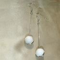 Fehér gömb minimál fülbevaló, Ékszer, Fülbevaló, Minimal style fülbevaló 1 cm átmérőjű hófehér üvegyönggyel ezüstözött  ékszerdróton. Hossza 5,2 cm, ..., Meska