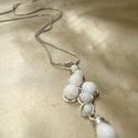Fehér gyöngyös drótékszer medál csepp függővel, nyaklánc, Ékszer, Nyaklánc, Hófehér cseh üveggyöngyökkel díszített ezüstözött ékszerdrótból tekert medál csepp gyöngy függővel. ..., Meska