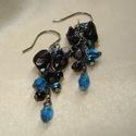 Kék-fekete fürtös fülbevaló obszidiánnal, Ékszer, Fülbevaló, Kék és fekete cseh gyöngyök, üvegtekla, csiszolt  és kerek gyöngyök, illetve fekete obszidián ásvány..., Meska