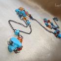 Narancs-kék hosszú nyaklánc howlittal, Ékszer, Nyaklánc, Különböző árnyalatú és formájú narancs és kék üveggyöngyökkel, illetve türkizkék fes..., Meska