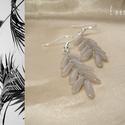 Pálmalevél - szürke gyöngyös drótékszer fülbevaló, Ékszer, Fülbevaló, Szürke sziromgyöngyökből készült drótékszer fülbevaló. Hossza 4,5 cm, akasztóval együtt 6,5 cm Ezüst..., Meska
