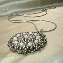 Drapp-ezüstszürke kerek gyöngy mandala medál, nyaklánc, Drapp színű cseh superduo gyöngyökből, matt e...