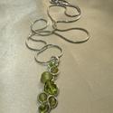 Zöld gyöngyös drótékszer medál, nyaklánc, Ékszer, Nyaklánc, Zöld árnyalatú üveg és achát gyöngyökkel díszített fürtös drótékszer medál. Ezüstözött ékszerdrótból..., Meska