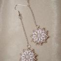 Drapp-fehér hosszú gyöngy virág fülbevaló, Ékszer, Fülbevaló, Drapp és fehér színű kásagyöngyökből, fehér préselt gyöngyökből és pasztell rózsaszín duo twin gyöng..., Meska