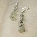 Zöld prehnit ásvány fülbevaló, Ékszer, Fülbevaló, Prehnit ásvány splitterekből készített egyszerű lógós fülbevaló. Hossza 4 cm, akasztóval együtt 5,5 ..., Meska
