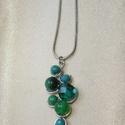 Smaragdzöld medálos nyaklánc ásványokkal, drótékszer, gyöngy, Ékszer, Nyaklánc, Smaragdzöld csiszolt gyöngyökből illetve zöld tigrisszem, krizokolla, és zöld karneol ásványokból ké..., Meska