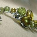 Zöld gyöngyös drótékszer karkötő, Ékszer, Karkötő, Sokféle zöld árnyalatú, cseh csiszolt és üvegtekla gyöngyökkel díszített, ezüstözött drótból tekert ..., Meska
