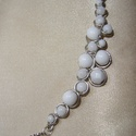Fehér statement nyaklánc, nyakék, Ékszer, Nyaklánc, Fehér cseh üveggyöngyökkel díszített merev tartású, ezüstözött drótékszer nyakék. Alapja kézzel hajl..., Meska