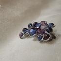 Lila-kék gyöngy bross, Ékszer, Bross, kitűző, Lila és kék árnyalatú cseh üveggyöngyök és pici ametiszt ásvány gyöngyök felhasználásával készített ..., Meska