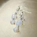 Fehér opál hosszú ásvány fülbevaló, Ékszer, Fülbevaló, Fehér opál ásvány splitterekből készített hosszú drótékszer fülbevaló Hossza 4,6 cm, akasztóval együ..., Meska