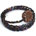 Gésa karkötő, Ékszer, Karkötő, A memória alapra irizáló olajos kocka formájú japán gyöngyök és egy különleges mintájú műanyag gyöng..., Meska