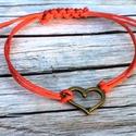 Szívem csücske karkötő, Ékszer, Esküvő, Karkötő, A piros színű viaszos szálra bronz színű szív alakú medált tettem. Az ékszer csúszócsomóval záródik,..., Meska