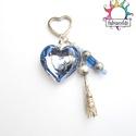 Jégszerelem kulcstartó vagy táskadísz, Mindenmás, Dekoráció, Karácsonyi, adventi apróságok, Ékszer, Kulcstartó, Ünnepi dekoráció, Ékszerkészítés, Gyöngyfűzés, Az ezüst színű szív alakú kulcstartóra egy nagyméretű üveg szív és két gyöngyökkel és gyöngykupakok..., Meska