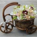Triciklis tavaszi asztaldísz polcdísz dekoráció, Baba-mama-gyerek, Dekoráció, Otthon, lakberendezés, Konyhafelszerelés, Egy fa tricikli kosarát béleltem, makd selyem orchideával, hortenziával, liliommal és saját gumivirá..., Meska