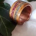Réz-fa gyűrű kétszínű üveggyöngy csíkkal, Ékszer, Gyűrű, Ékszerkészítés, Famegmunkálás, Réz alapon fa gyűrű,rózsaszín és türkisz zúzott japán üveggyöngy berakással. Mérete 18mm belső átmé..., Meska