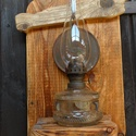 Petróleum lámpa , Otthon & lakás, Dekoráció, Lakberendezés, Lámpa, Hangulatlámpa, Famegmunkálás, Kovácsoltvas, Petróleum lámpa falra akaszthatós hátlappal eladó. A lámpa korához képest szép és tökéletesen működ..., Meska