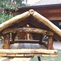 Madáretető, Tömör fából készült rusztikus madáretető. ...