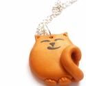 Vörös cica láncon, Ez a doromboló, aranyfényű, vörös bundájú c...