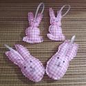 Kockás nyuszik, Húsvéti díszek, Vászon anyagból,rózsaszínű-fehér kockás akasztható nyuszik.Cikkcakk ollóval körbe vágva,1..., Meska