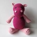 Heidi, a viziló, Baba-mama-gyerek, Játék, Játékfigura, Heidi egy, állva 32 cm , ülve 25 cm magas ,sötét-pink és rózsaszín ,horgolt víziló-lány. A..., Meska
