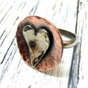 Ezüst szív gyűrű, Ékszer, Gyűrű, Ezüst és vörösréz vidám kombinációja ez a gyűrű. A szív ezüst, a fejrész réz, a karika, amit az ujja..., Meska