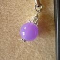 Karácsonyfadísz mobilékszer, lila, Ékszer, Mobilékszer, Ékszerkészítés, Karácsonyi gömbdíszt utánoztam ezzel a 14 mm-es lila akril gyönggyel. Ezüst színű díszítést kapott...., Meska