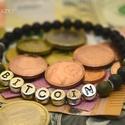 """Bitcoin egyedi férfikarkötő üzletembereknek és pénzteremtő férfiaknak matt fekete ónix és zöld jáspis ásványgyöngyökből, """"BITCOIN"""" feliratú elegáns egyedi ásványkarkö..."""