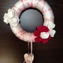 Fehér alapon pink - fehér rózsa ajtódísz, Dekoráció, Otthon, lakberendezés, Ünnepi dekoráció, Karácsonyi, adventi apróságok, Ajtódísz, kopogtató, Decoupage, transzfer és szalvétatechnika, Mindenmás, 20 cm átmérőjű hungarocell koszorú alapra készült a termék, melyet bevontunk fonallal.  Erre raktuk..., Meska