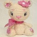 Maci kislány, rózsaszín virággal-horgolt figura