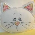 Cuki cica fehér polár párna, Otthon, lakberendezés, Dekoráció, Lakástextil, Párna, Hímzés, Varrás, Kedves ajándék lehet ez az egyedi cica párna. Kellemes tapintású, puha thermo polárból és rózsaszín..., Meska