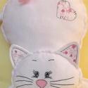 Fehér cica rózsákkal - polár párna, Baba-mama-gyerek, Otthon, lakberendezés, Gyerekszoba, Lakástextil, Kedves ajándék lehet ez a hófehér cica párna. Díszítése fehér alapon rózsaszín rózsás pamutvászon. K..., Meska