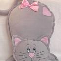 Szürke cica- polár párna, Állatfelszerelések, Baba-mama-gyerek, Dekoráció, Otthon, lakberendezés, Világosszürke  polárból és rózsaszín pamutvászonból készült. Egyedivé teszi a kézi hímzés. Kellemes ..., Meska