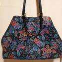 Virág mintás shopper, Táska, Válltáska, oldaltáska, Ezt a női táskát egy fekete alapon virágmintás bőrből készítettem, amelyen enyhén kígyó mintás pikke..., Meska