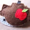 Sün almával - kulcstartó vagy táskadísz, A süni teste szürke, tüskéje barna színű. Al...