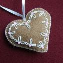 Mézes filc dísz - szív egyedi hímzett mintával , Az ár egy termékre vonatkozik.  Mézeskalács sz...