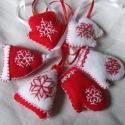 Piros fehér filc díszek - kesztyű, házikó, sapka, Az ár egy termékre értendő.   Piros és fehér...