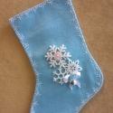 Mikulás zokni - világos kék, Dekoráció, Karácsonyi, adventi apróságok, Karácsonyi dekoráció, Ajándékzsák, Az ár egy termékre értendő.  Filcből készült, hópihe mintás, masnis, csörgős Mikulás zokni.   Hossza..., Meska