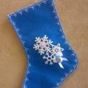 Mikulás zokni - közép kék, Dekoráció, Karácsonyi, adventi apróságok, Karácsonyi dekoráció, Ajándékzsák, Az ár egy termékre értendő.  Filcből készült, hópihe mintás, masnis, csörgős Mikulás zokni.   Hossza..., Meska