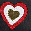 Hímzett szív kokárda, Dekoráció, Ünnepi dekoráció, Varrás, Szív alakot formázó filcanyagból készült kokárda. Az egyes elemek varrással rögzítettek. Díszítő hí..., Meska