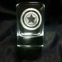 Feles pohár Avengers: Amerika Kapitány, Konyhafelszerelés, Férfiaknak, Bögre, csésze, Sör, bor, pálinka, Üvegművészet, Kézzel gravírozott feles pohár. Kiváló ajándék legénybúcsúra, születésnapra, karácsonyra, csak úgy ..., Meska