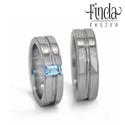 Nemesacél karikagyűrűpár kék topázzal, Esküvő, Esküvői ékszer, Lapos felületű nemesacél karikagyűrűpár két vékony párhuzamosan metszett hosszanti mintával, a női g..., Meska