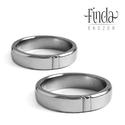 Pure nemesacél jegygyűrű, Esküvő, Esküvői ékszer, Enyhén ívelt felületű nemesacél karikagyűrűpár, középen egy téglalap alakú fazettált mintával. Fénye..., Meska
