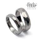 Paleo nemesacél karikagyűrű, Esküvő, Esküvői ékszer, Pattintott kő tárgyat idéző, rusztikus felületű kézzel készült nemesacél karikagyűrű.  A képen látha..., Meska