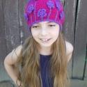 Lila Kert -- Horgolt sapka, Sok apró lila virágból lett a Lila Kert.  A kis...