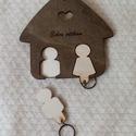 Édes otthon kulcstartó, Dekoráció, Otthon, lakberendezés, Édes otthon gravírozással készült házikó alakú kulcstartó, dió és natúr színű fa kombinációja. Az em..., Meska