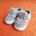 Szürke fehér horgolt fiúcipő, Ruha & Divat, Babaruha & Gyerekruha, Babacipő, Horgolás, Horgolt pántos cipőcske egy pici fiúcskának. A kis cipő talpa 8,4 cm. (0 - 4 hónapos korig). Ebben ..., Meska