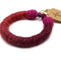 Lila-pink színátmenetes karkötő ametiszttel, Ékszer, Karkötő, Szépséges lila-pink színátmenetes akril és gyapjúfonallal készítettem ezt a könnyű, puha k..., Meska